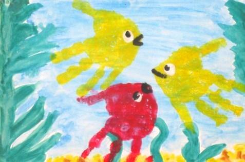 Рисунок: 2 жёлтые и 1 розовая рыбка в аквариуме