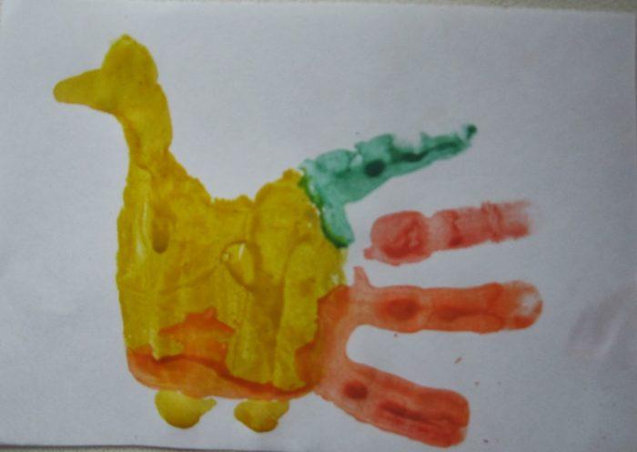 Рисунок: жёлтый петушок с красно-зелёным хвостом