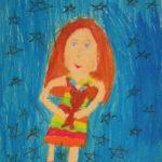 Рыжеволосая девочка в полосатом платье с мишкой в руках