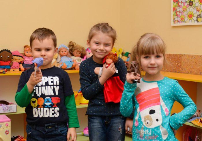 Трое детей с пальчиковыми игрушками