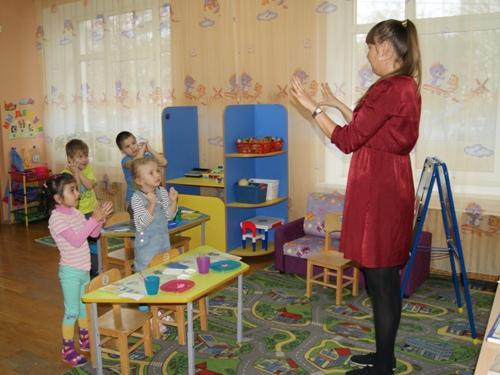 Воспитательница проводит пальчиковую гимнастику с детьми