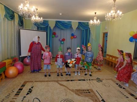 Воспитательница с детьми инсценируют народную сказку
