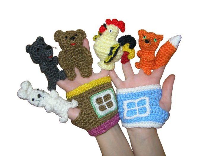 Вязанные фигурки лисички, собаки, зайца, домика на пальцах и ладошках