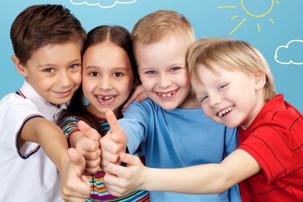 3 мальчиков и девочка показывают жест большим пальцем — класс