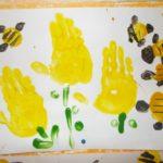 Пчелки опыляют цветы