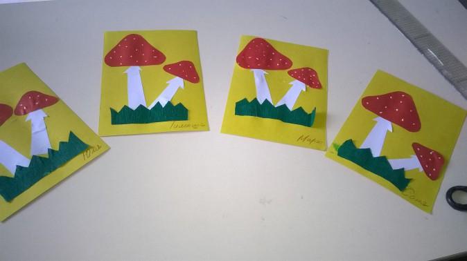 4 аппликации из 2 грибов на травке