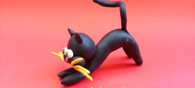 Чёрный кот выгнул спину