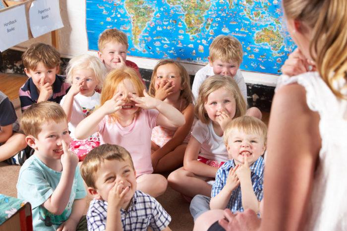 Дети на занятии делают дыхательное упражнение