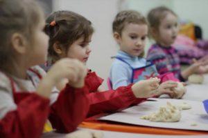 Дети на занятии по лепке из пластилина