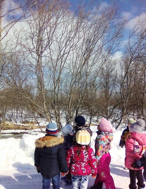 Дети рассматривают заснеженную природу