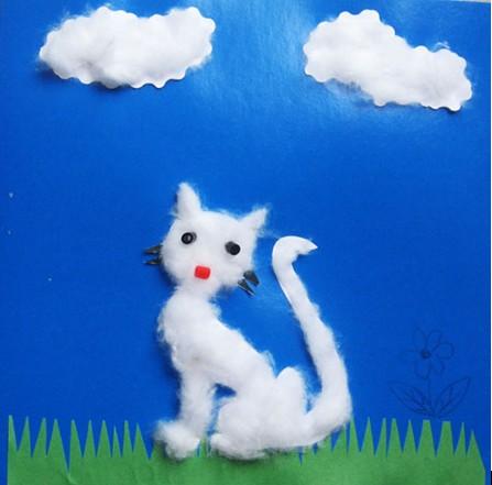 Кошка из ваты на синем фоне
