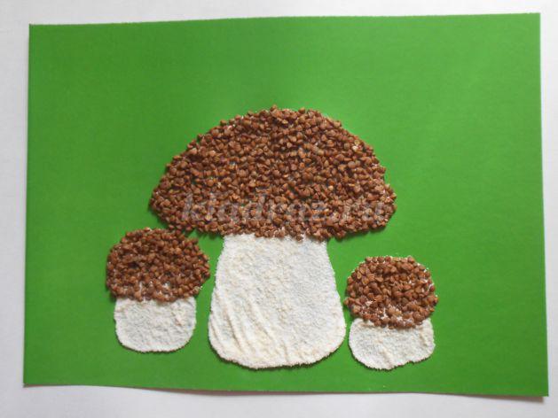 На зелёном фоне гриб из манки и гречки