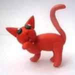 Оранжевый кот прижал лапу ко рту
