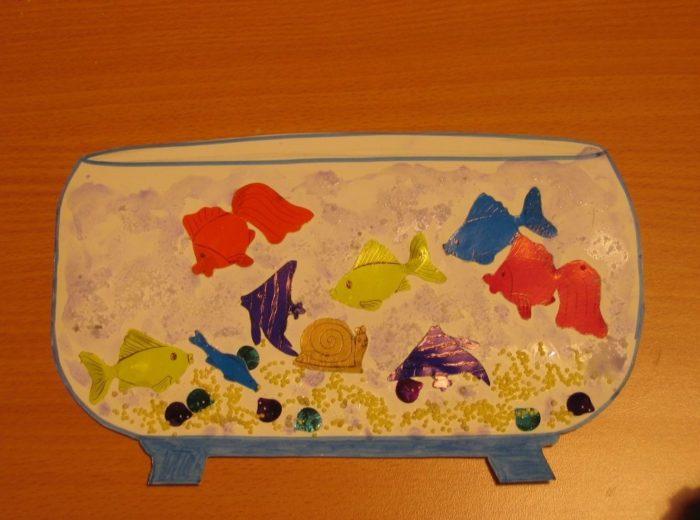 Разноцветные рыбки в домике