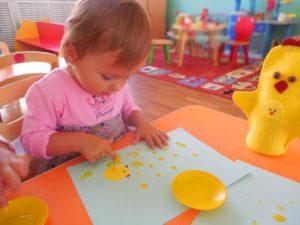 Ребёнок в детском саду рисует