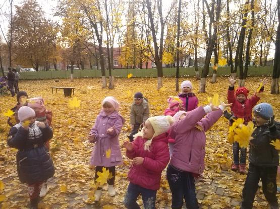 Ребята собирают опавшие кленовые листья
