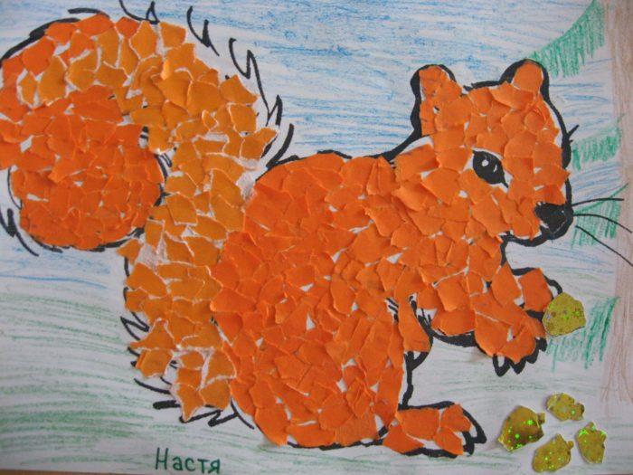 Рыжая белка из кусочков оранжевой бумаги
