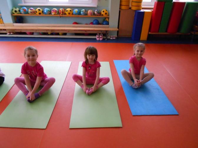 Трое детей на ковриках для йоги