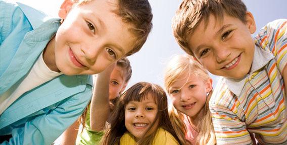 Улыбающиеся дети крупным планом