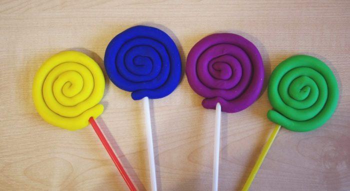4 разноцветных леденца-жёлтый, синий, фиолетовый и зелёный