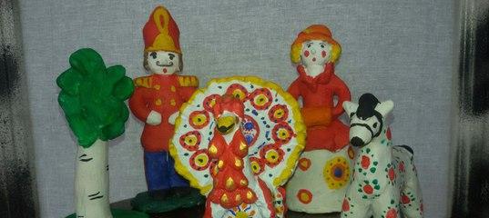 Барышня, солдат, лошадка и павлин