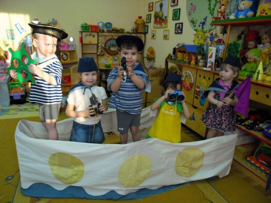 Дети в костюмах пиратов на корабле из ткани, натянутой на опоры