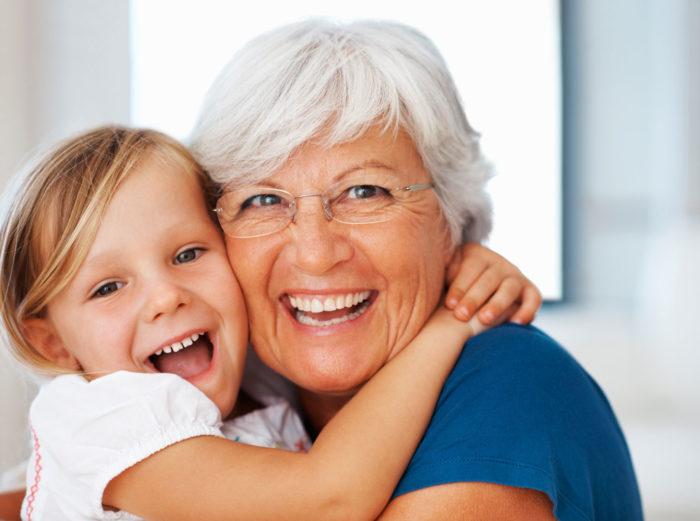 девочка обнимает бабушку
