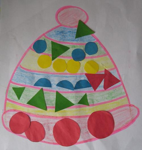 Нарисованная шапочка, украшенная бумажными геометрическими фигурами