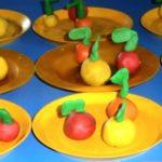 По 2 яблока на 9 тарелках