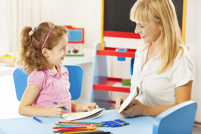ребенок и психолог беседуют