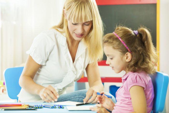 Ребенок и психолог готовятся к тесту