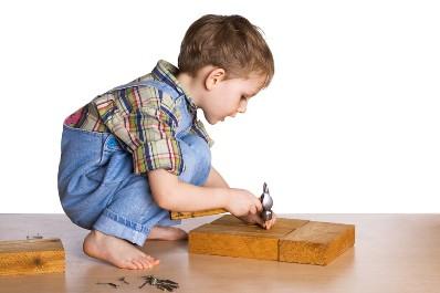 ребенок мастерит поделку из дерева