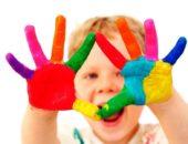 ребенок с разноцветными ладонями