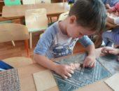 Ребёнок занимается лепкой