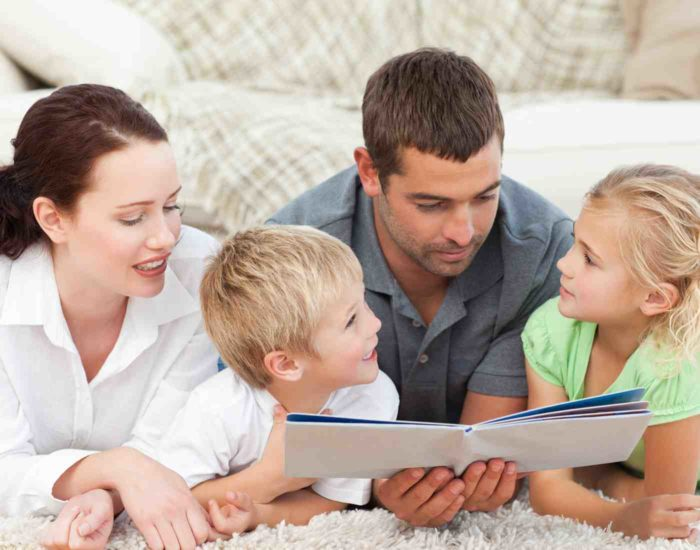родители читают детям книгу