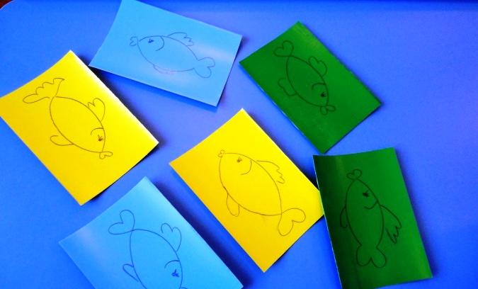 Рыбки, нарисованные на прямоугольниках из цветной бумаги
