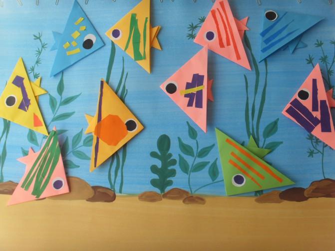 Рыбки-оригами в аквариуме из цветной бумаги