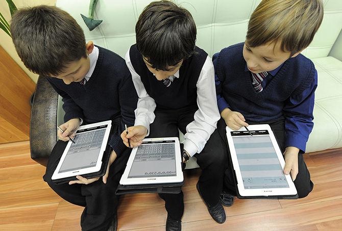 Три мальчика с планшетами