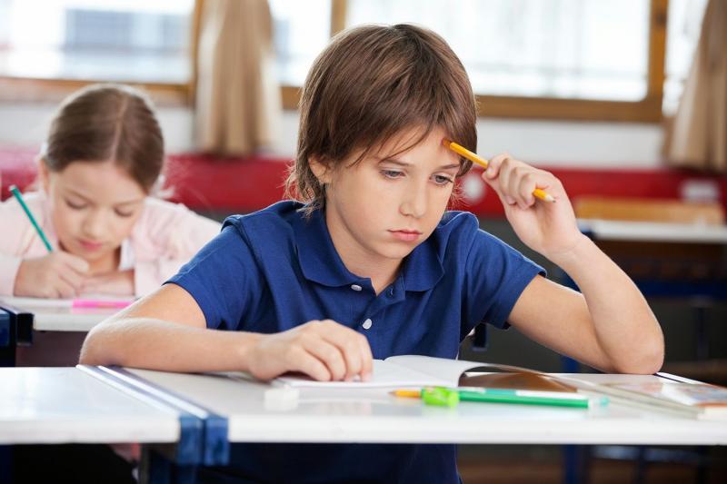 Ученик работает над заданием теста