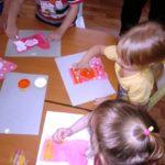 дети раскрашивают шаблоны сапога пальцами