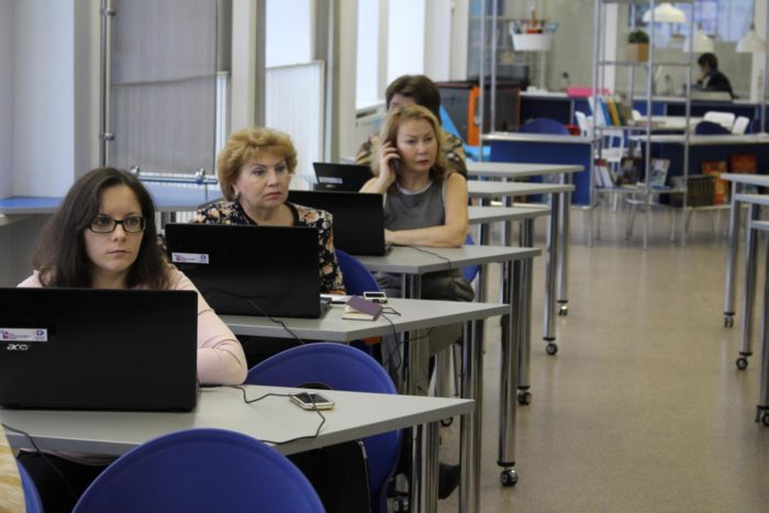 4 женщины сидят за ноутбуками
