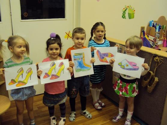 5 детей держат листы с раскрашенными туфлями