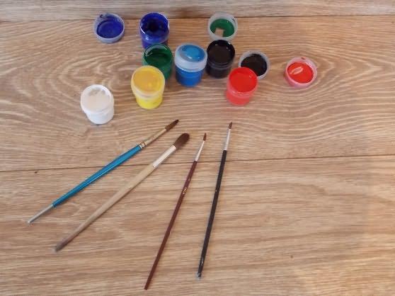 Баночки с гуашью и кисточки для рисования