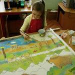 девочка рисует батик