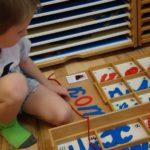 Мальчик рассматривает фигурки букв