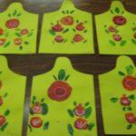 Цветы на жёлтых разделочных досках