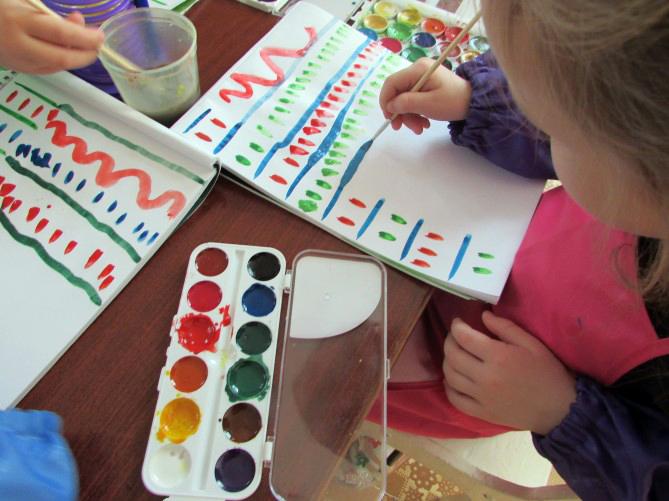 Дети копируют узоры по образцу