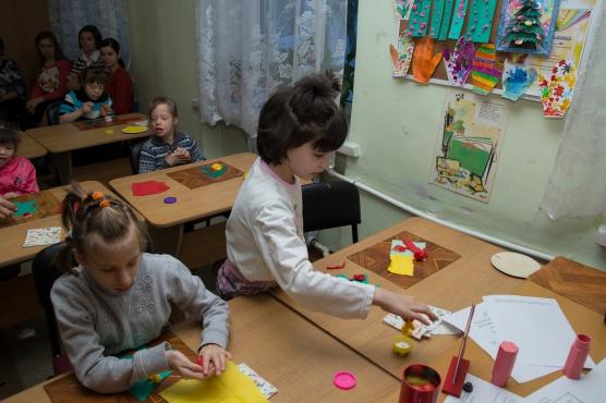 Дети работают за столиками с заготовками аппликации
