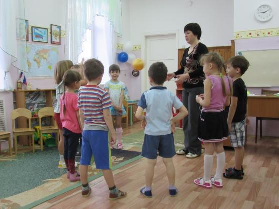 Дети подготовительной группы стоят вокруг воспитательницы