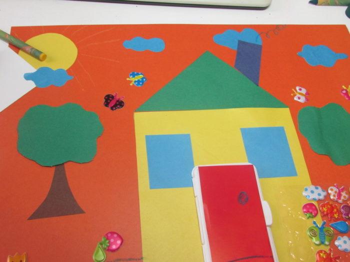 Аппликация «домик» из цветной бумаги и других деталей